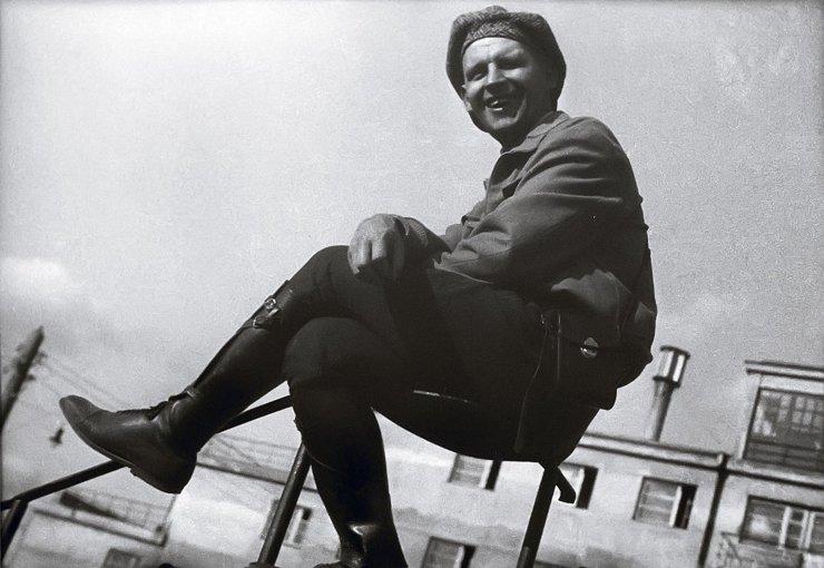 Александр Родченко на перилах, 1930 год