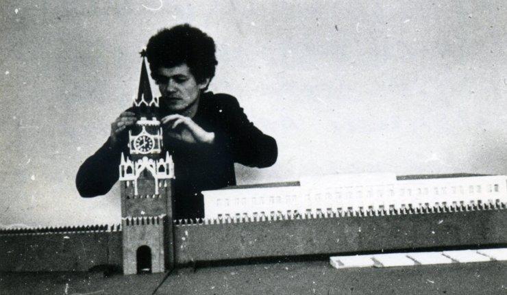 Франциско Инфанте-Арана у своей модели Московского Кремля, созданной для проекта кинетического освещения башен Кремля и Красной площади, 1968 год
